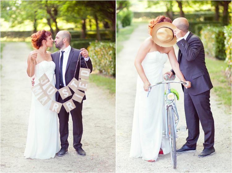 Elena Tihonovs - poographe mariage toulouse. Les mariées avec le vélo bleu et la guirlande just married.