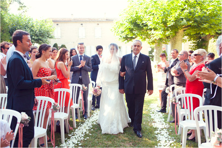 ceremonie laique au Chateau de Croisillat, le pere accompagne la mariée