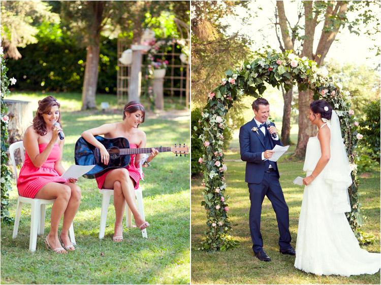 Elena Tihonovs, mariage boheme, les maries sous l'arche fleurie