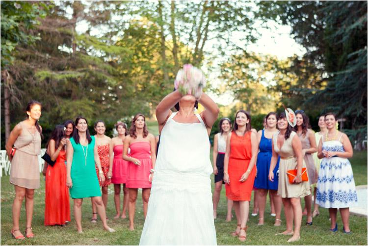 Elena Tihonovs, mariage boheme au Chateau de Croisillat, la mariée lance son bouquet aux jeunes filles