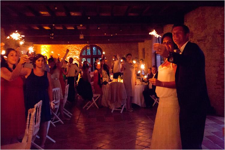l'entrée des mariées dans la salle, les invites allument les bougies à étincelles