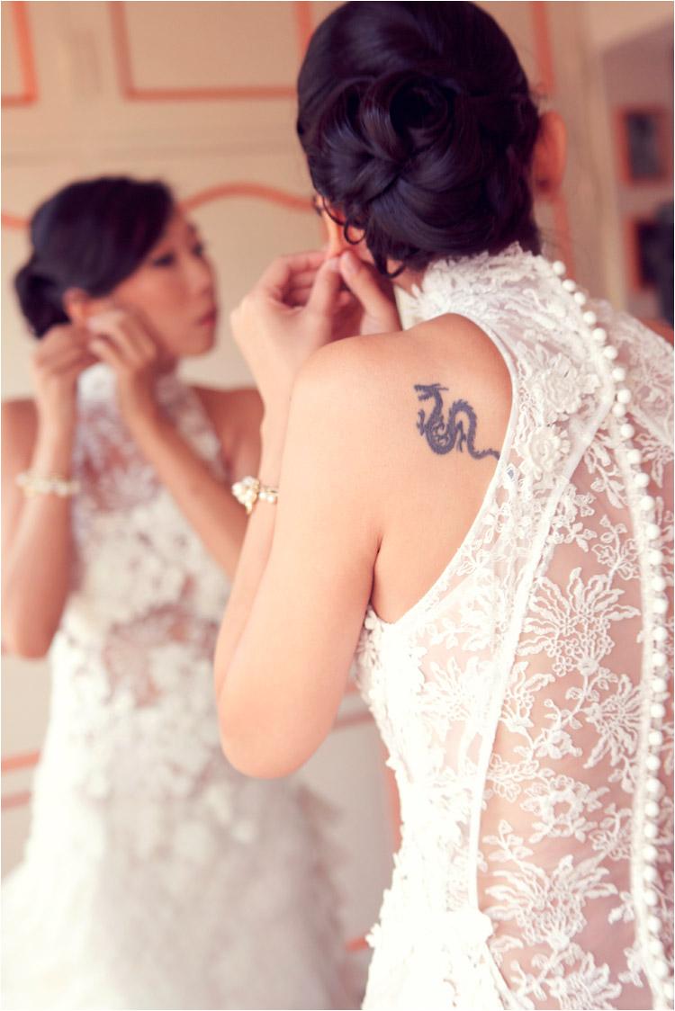 la mariée avec un tatouage dragon et en robe cymbeline mets les boucles d'oreilles