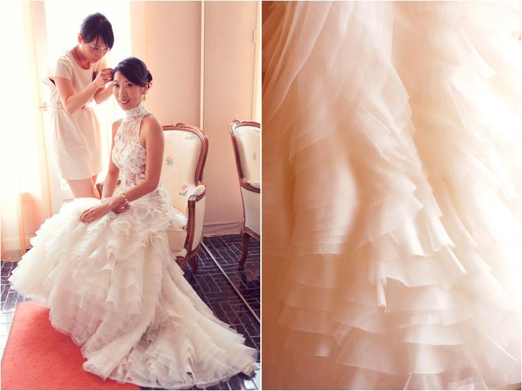 les détails de la robe cymbeline, la mariée se prépare avec son amie