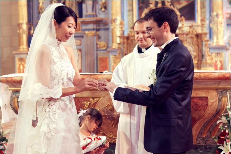 les mariées échangent les alliances à l'église à Portet sur Garonne