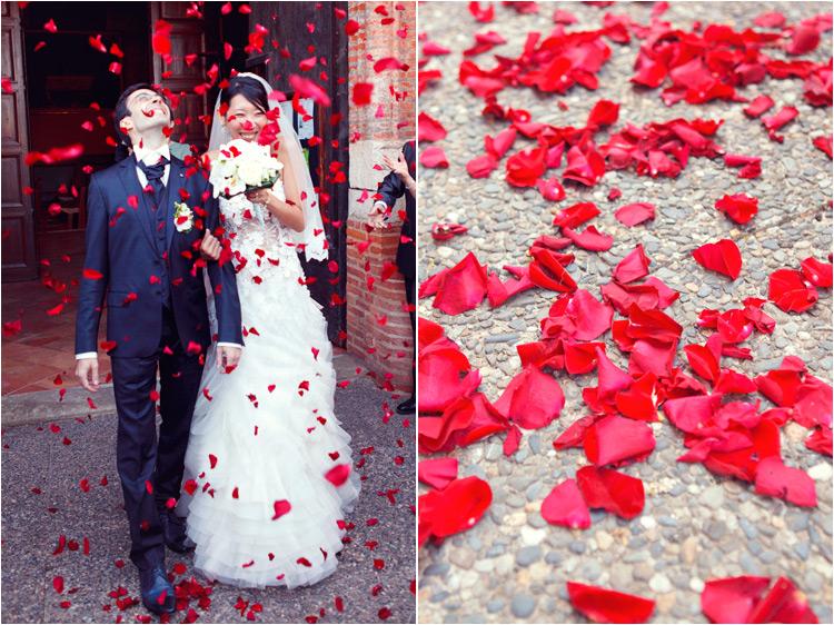 photographe mariage toulouse, les maries sortent de l'église, les pétales de roses rouges