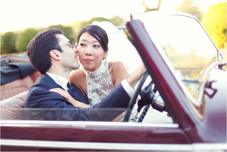 photo de couple de mariés dans la voiture ancienne à château du mauriac