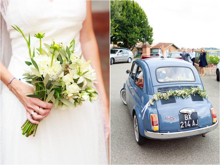 la voiture bleu de maries avec la guirlande des fleurs