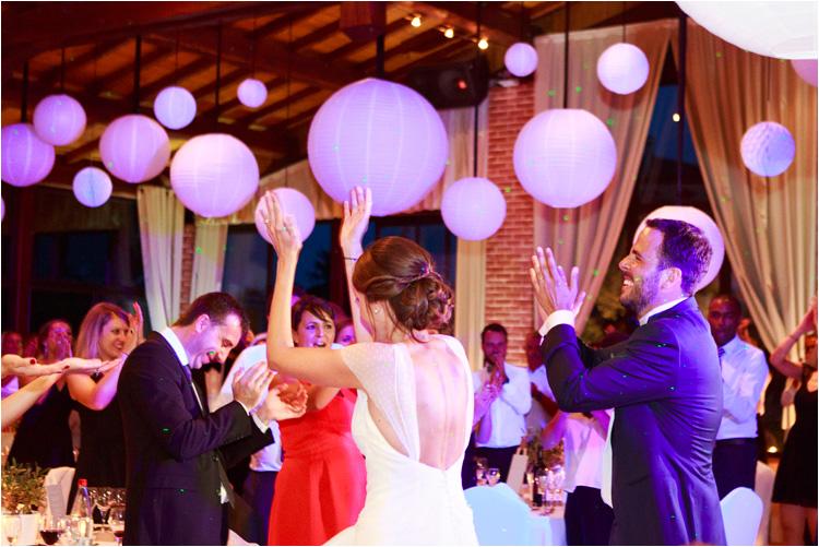 l'entrée des mariées dans la salle au domaine combe ramond