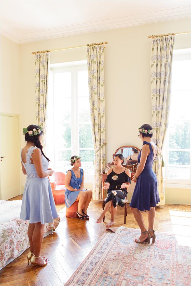 La mariée avec ses amies en robes bleus