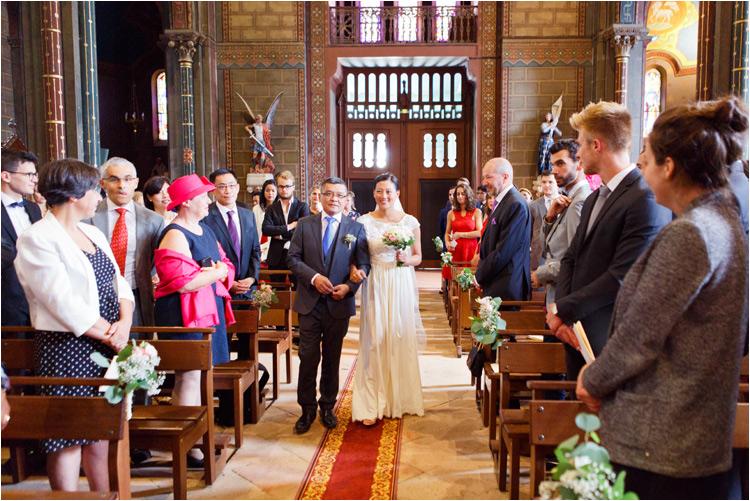 La mariée arrive à l'église avec son père à Castres