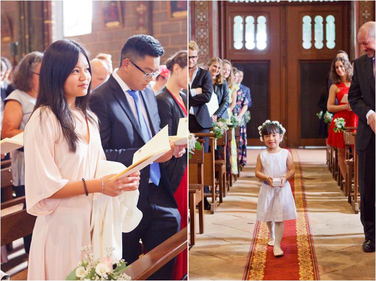 La petite fille amène les alliances aux mariées à l'église de St Paul Cap de Joux
