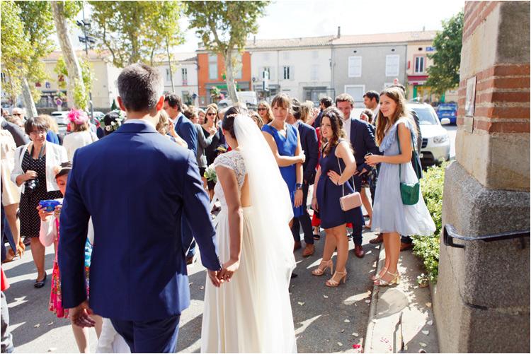 Sortie de mariés de l'église après la cérémonie de mariage