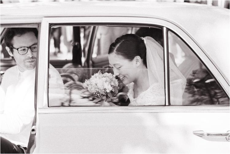 La mariée quitte l'église dans la voiture des mariés